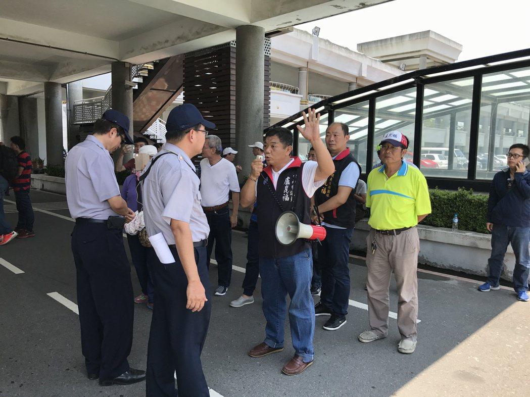國民黨議員盧崑福率眾前往台南市政府,高喊「蔡英文下台」。記者鄭維真/攝影