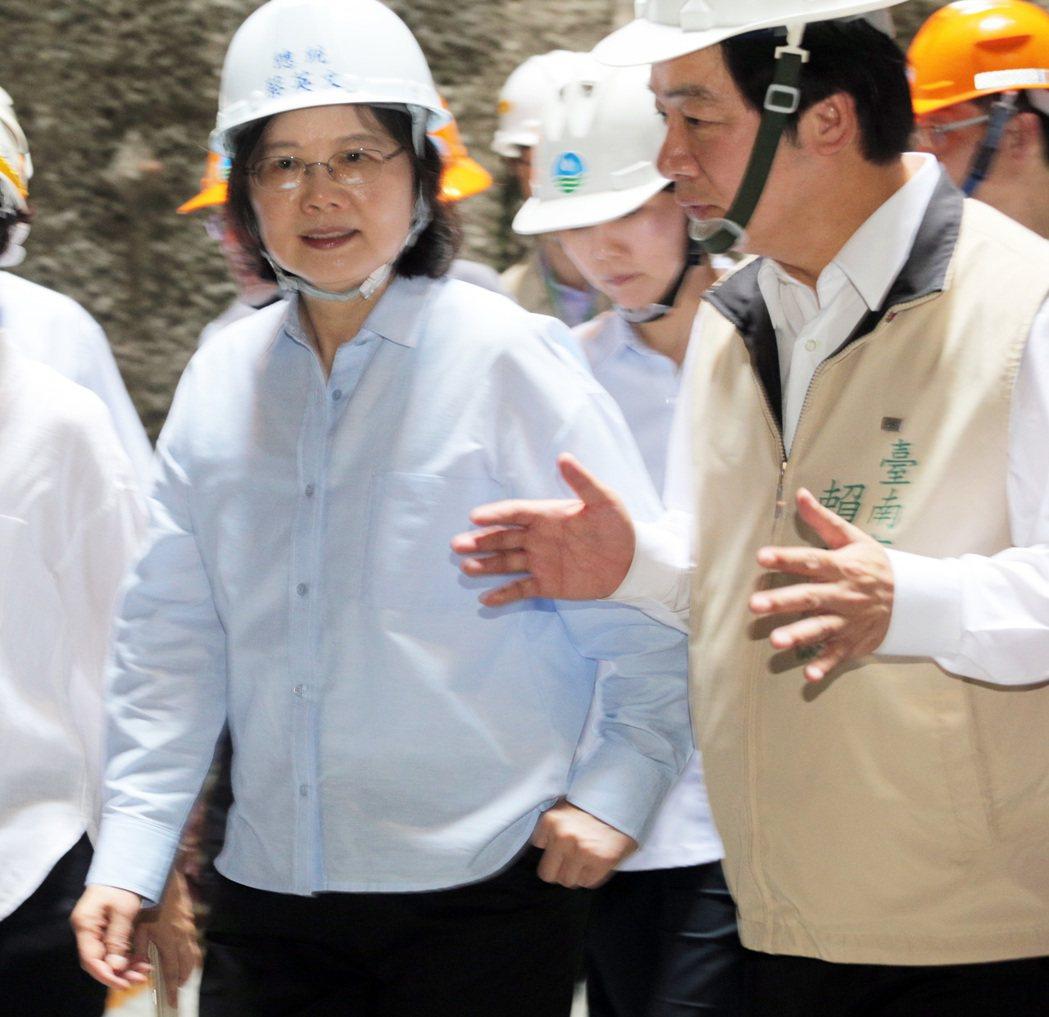 蔡英文總統(左)今天上午到台南白河水庫視察水庫淤積情況,並進入正在興建中的排淤隧...