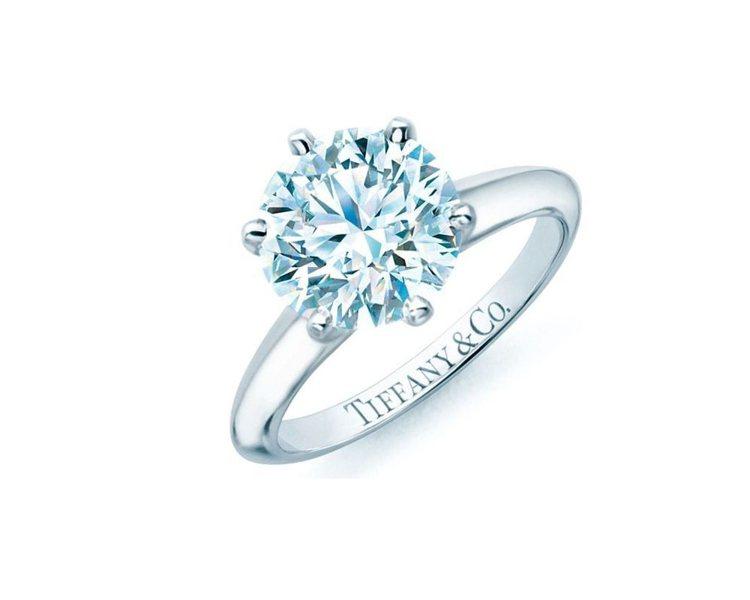 The Tiffany Setting鉑金六爪鑲嵌鑽戒。圖/Tiffany 提供