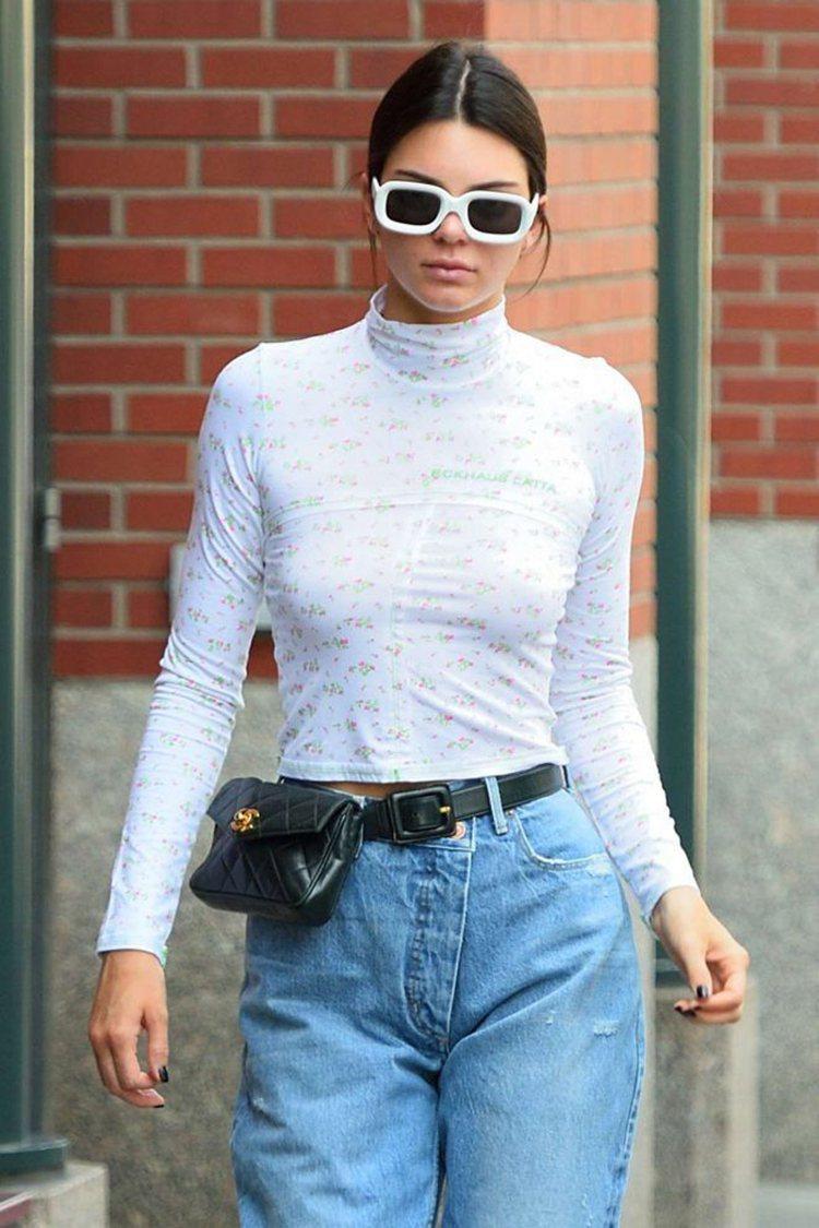 人氣名模坎達爾珍娜近日被捕捉到的多張時尚街拍照都是搭配經典款的黑色皮革香奈兒腰包...