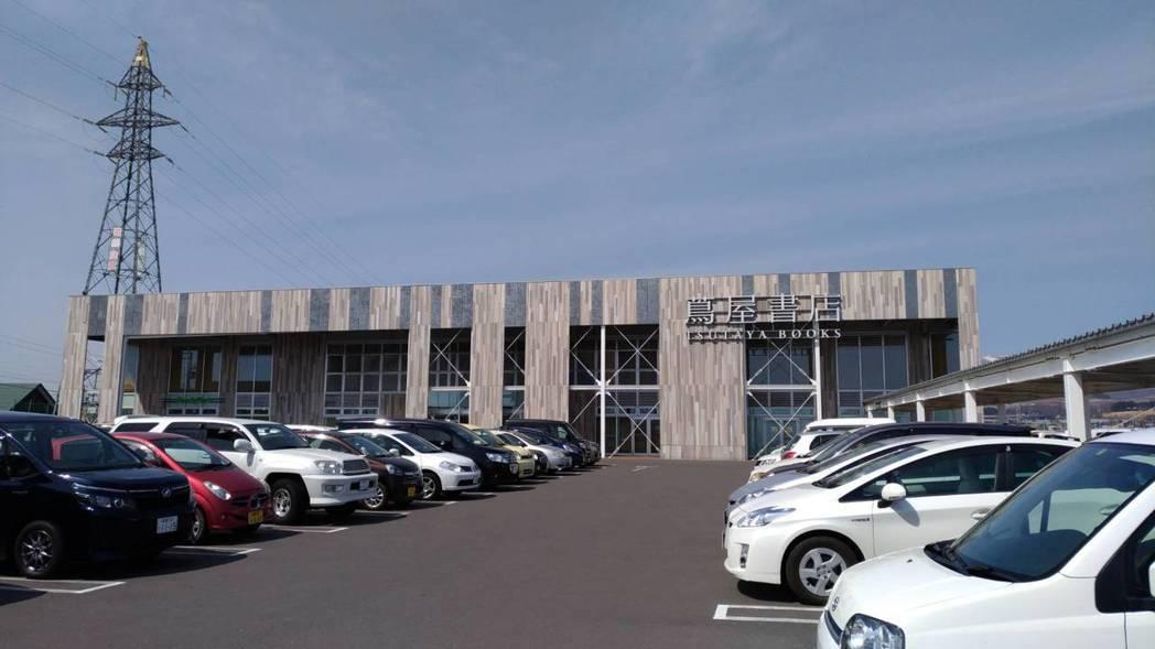 日本北海道函館的蔦屋書店猶如複合式商場,擁有寬敞的停車場。 記者楊德宜/攝影