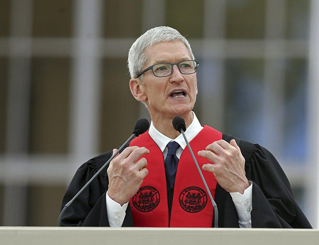 蘋果首席執行長庫克(Tim Cook)9日在麻省理工學院畢業典禮演講。圖/美聯社...