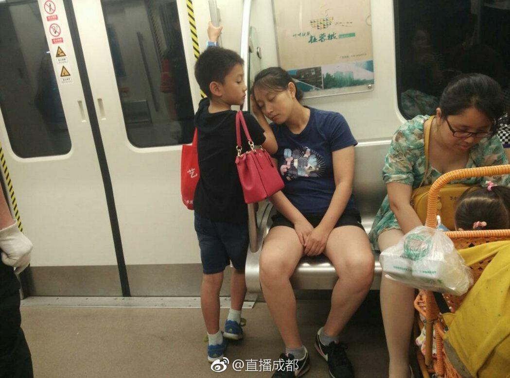 成都地鐵2號線上,一個小男孩不僅幫媽媽背包包,還用手給她墊著睡覺。(取材自微博)