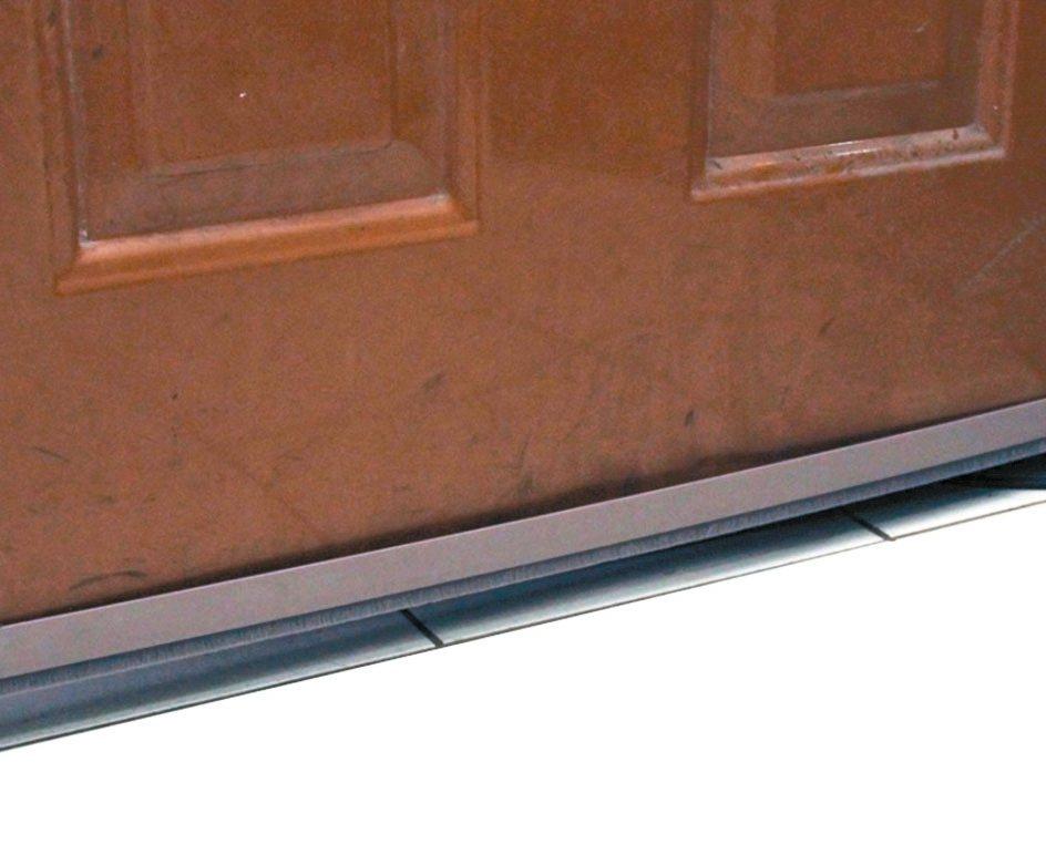 可在門底縫隙使用門底毛刷條防爬蟲。 特力屋/提供