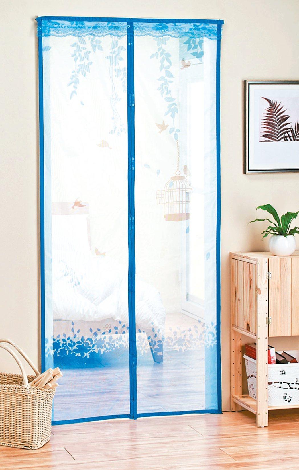 可加裝防蚊門簾,當人進出後門簾即自動閉合,不易被風吹開。 特力屋/提供