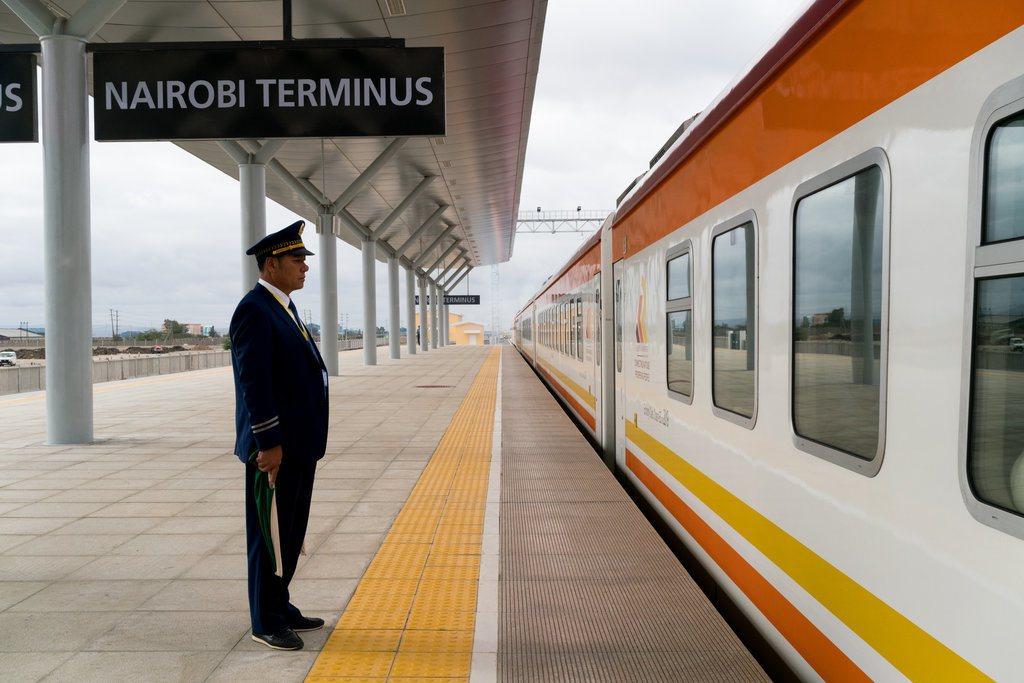 肯亞奈洛比-蒙巴薩鐵路工程總共花費40億美元;其中,中國大陸提供約90%的貸款。...