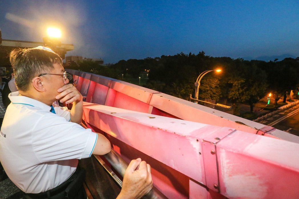 柯文哲到天橋上視察道路優化工程。記者鄭清元/攝影