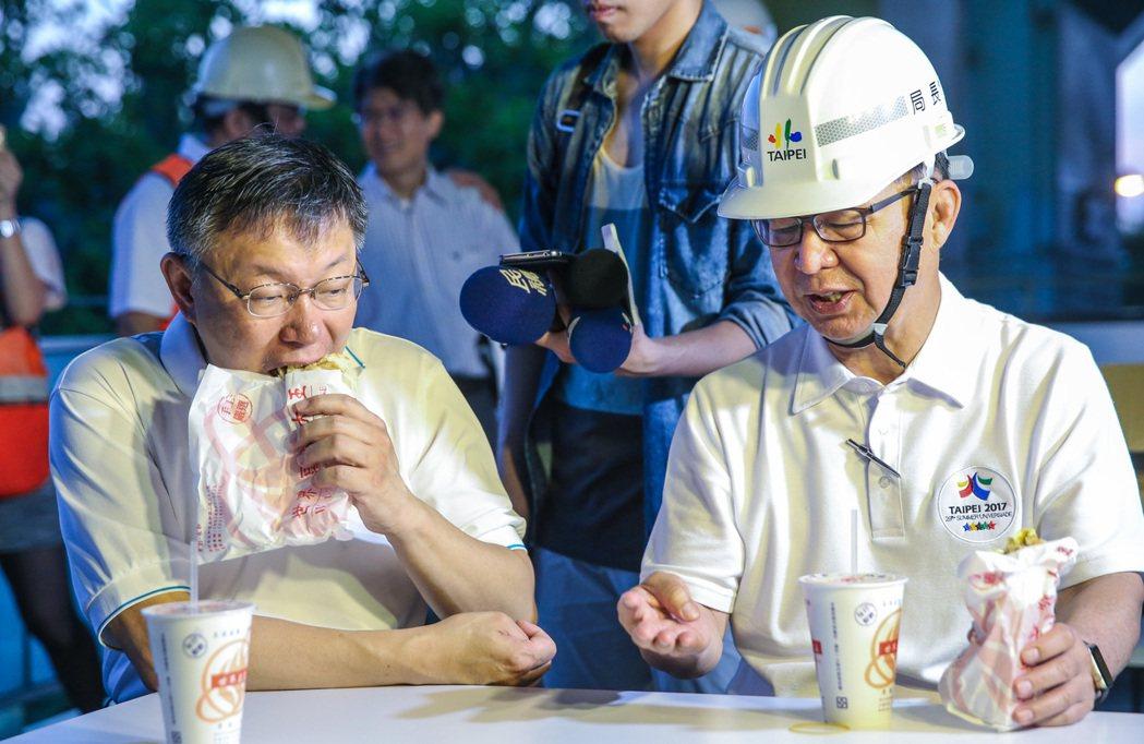 柯文哲(左)與工務局長彭振聲(右)邊吃早餐邊談工程相關事宜。記者鄭清元/攝影