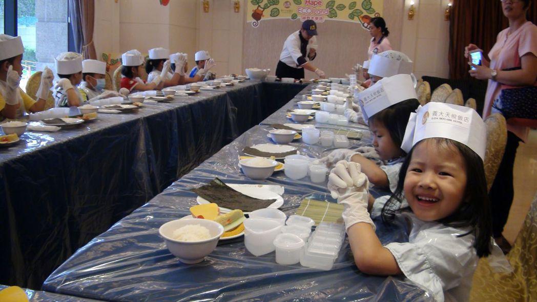 天悅飯店也安排小小孩親手作壽司。記者王昭月/攝影