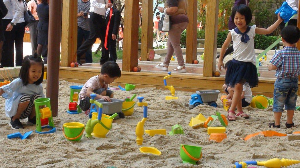 義大天悅飯店設置全球首座HAPE ECO Land綠野木樂地昨天啟用,附設沙坑區...