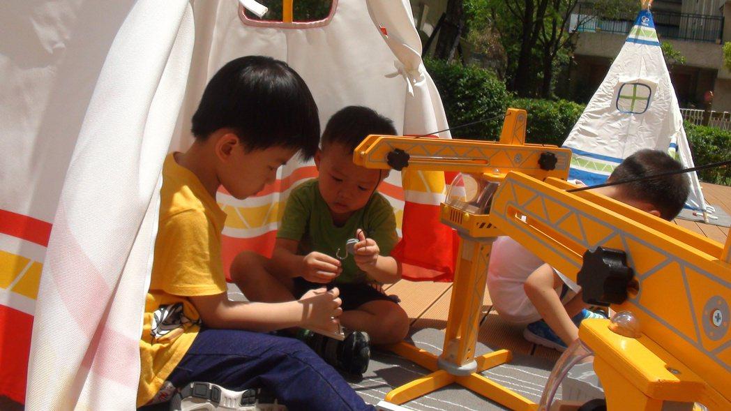 小朋友們鑽進帳棚,體驗都會露營的快感。記者王昭月/攝影