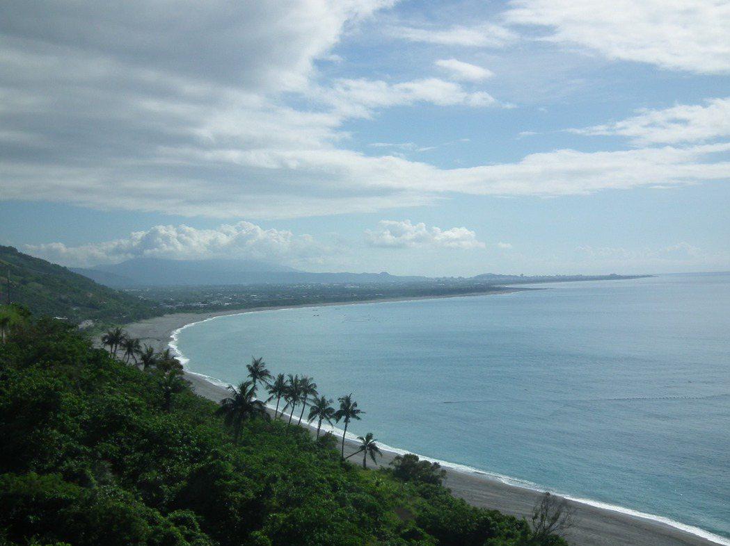 台東夏威夷美稱的「華源海灣」,因有寬敞沙灘和無敵海景,不少民眾會被眼前美景吸引,...