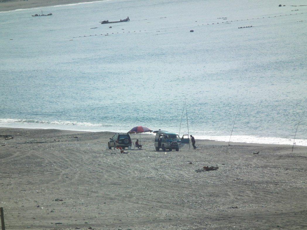 「華源海灣」是釣客的釣點之一,釣客都開四輪傳動車輛上沙灘,不少人看到沙灘上有車輛...