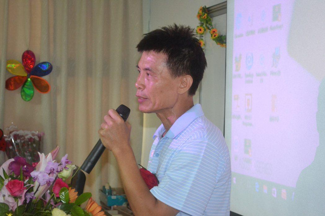 台南市私立城光中學今天舉行最後一屆畢業典禮,導師王保民泣不成聲。記者鄭惠仁/攝影