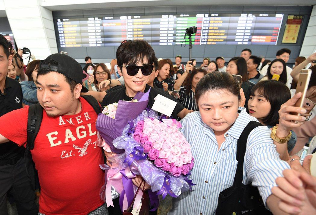 韓星曹政奭中午抵台,上百位粉絲在機場接機,粉絲們太過熱情,曹政奭最後在保鑣及工作