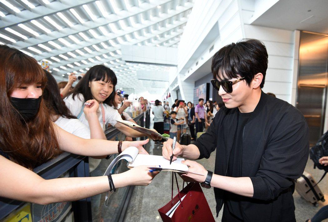 韓星曹政奭中午抵台,曹政奭親切地停下來幫粉絲簽名。記者鄭超文/攝影