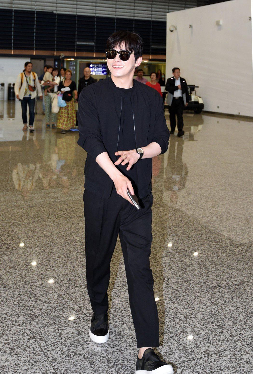 韓星曹政奭中午搭乘KE-691班機抵達桃園機場。記者鄭超文/攝影