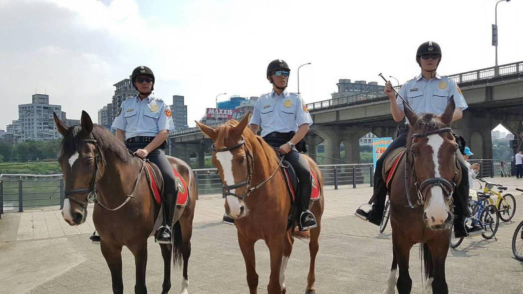 新北市警局騎警隊與霹靂小組橋面垂降及戰技表演,更是讓現場小朋友驚呼連連。圖/新北...