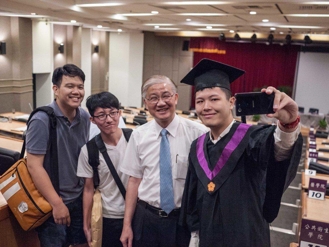 台大校長楊泮池(右二)與學生相處情形。記者林良齊/攝影