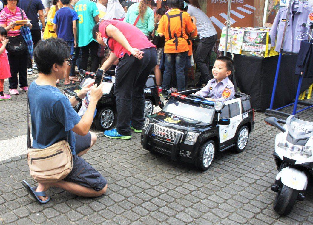 桃園市警察局也到場設攤交通宣導,並擺設小小警車與警察制服,提供民眾讓孩子們體驗當...