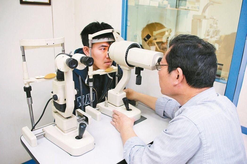 首屆驗光師、驗光生國家考試於今天登場,眼科醫師認為,這代表驗光人員朝專業化邁進一...