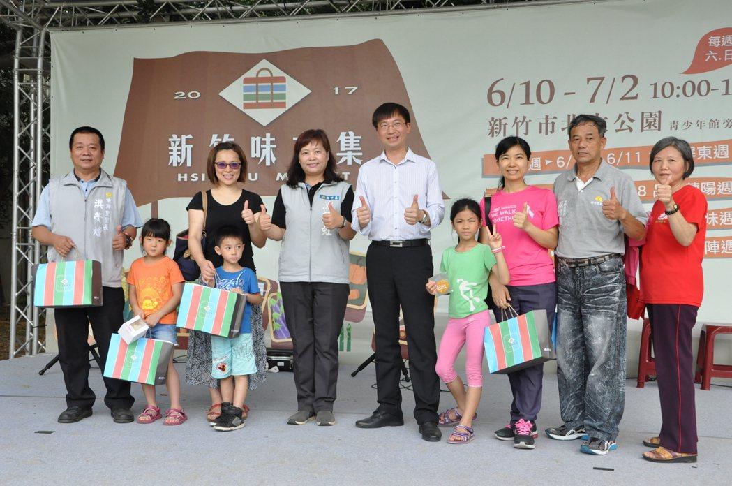 新竹味市集今天在北大公園展開,吸引不少民眾參加。記者郭宣&#24419/攝影