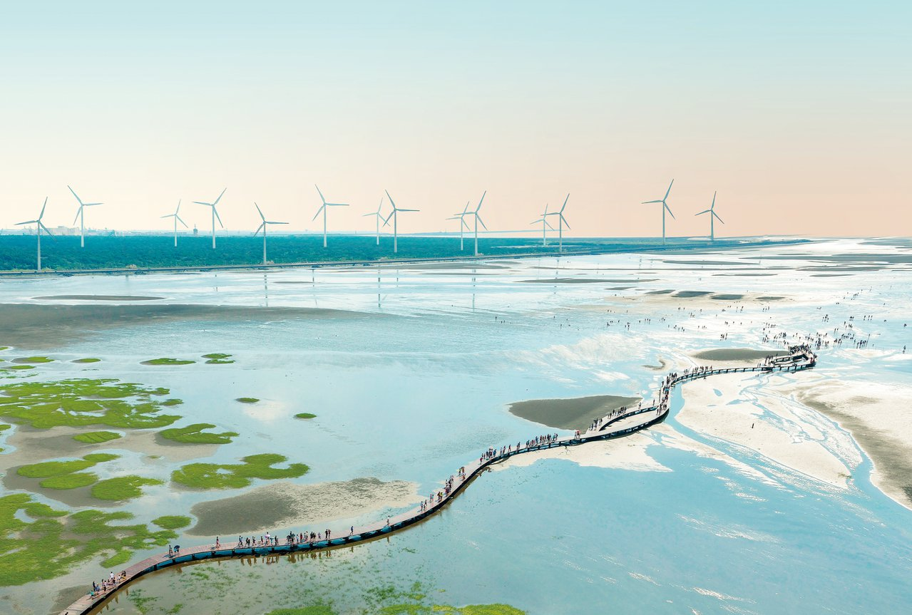 紀錄片導演齊柏林從空中拍攝的高美濕地,海潮、木棧道與雲林莞草的美景,讓世人看見高...