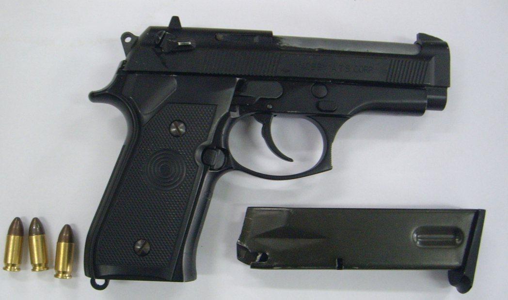 警方在汽車車底下找到一把改造手槍。圖/鹽埕警分局提供