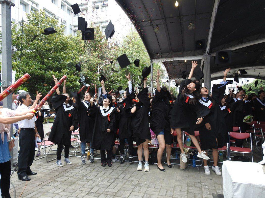 南開科大今舉行畢業典禮,應屆畢業生開心拋擲學士帽慶祝。記者賴香珊/攝影