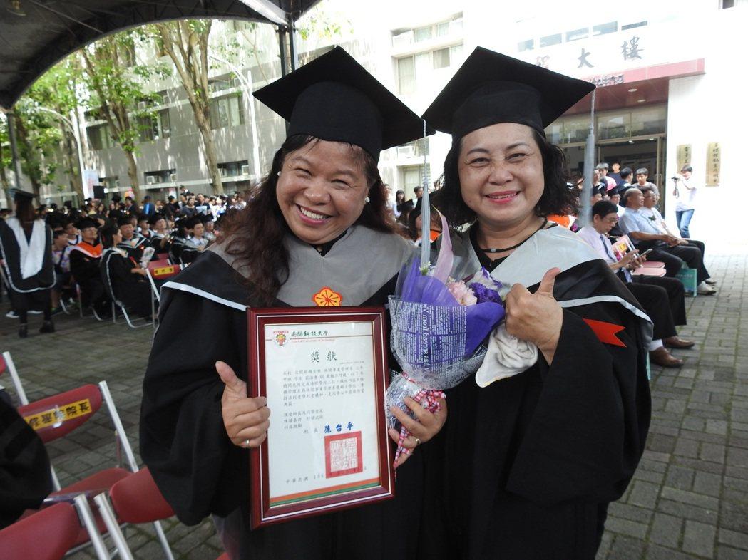 南開科大今天舉行畢業典禮,年屆60歲取得「雙碩士」學位的莊淑香(左)成全場焦點。...