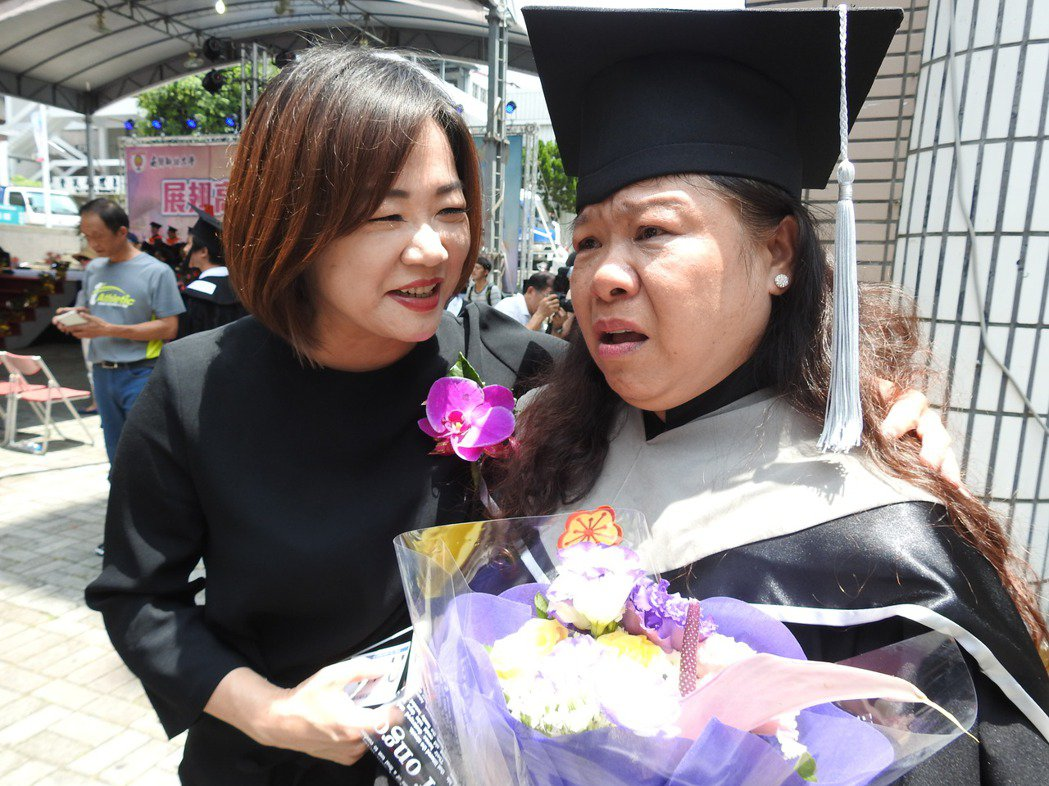 莊淑香(右)開心領取畢業證書,下台後憶起亡母卻眼淚直流,立委馬文君(左)趕忙安慰...