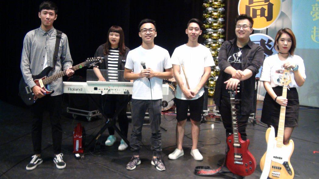 樹德科大吉他公社霍冠霖(右2 )與團員共同創作的「一如往常」歌曲,獲選為學校今年...