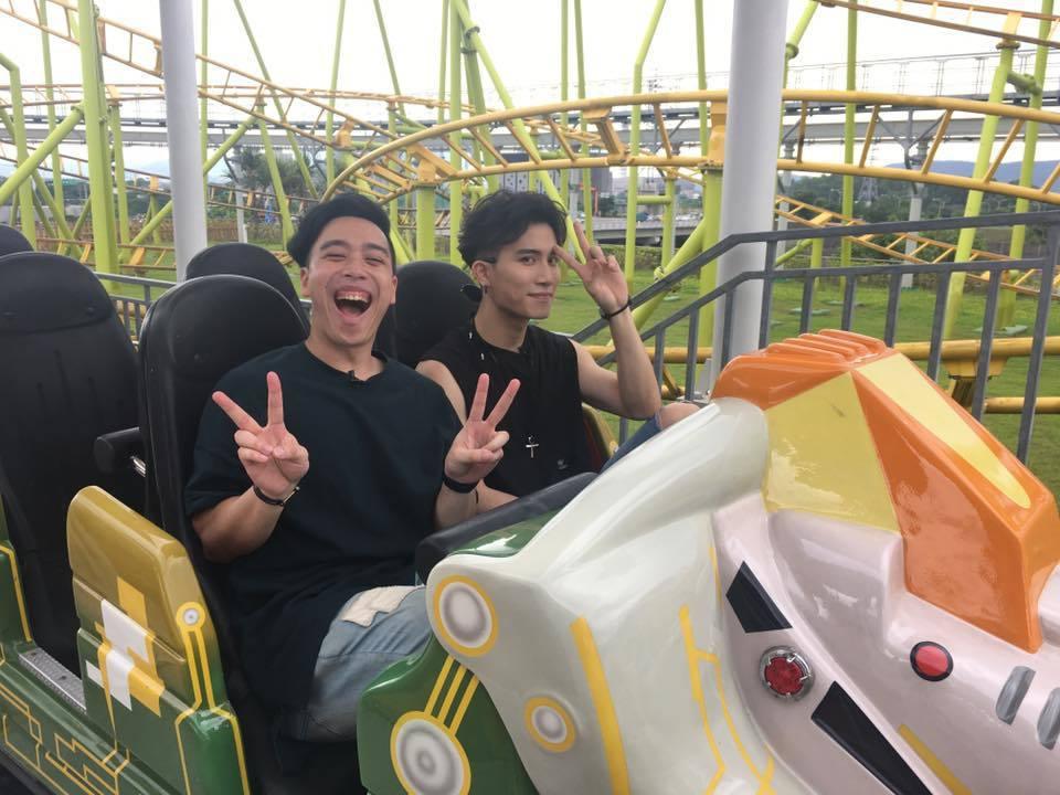 陳彥允(右)和無尊到遊樂園和幸運粉絲同樂,嚇到驚聲尖叫。記者梅衍儂/攝影