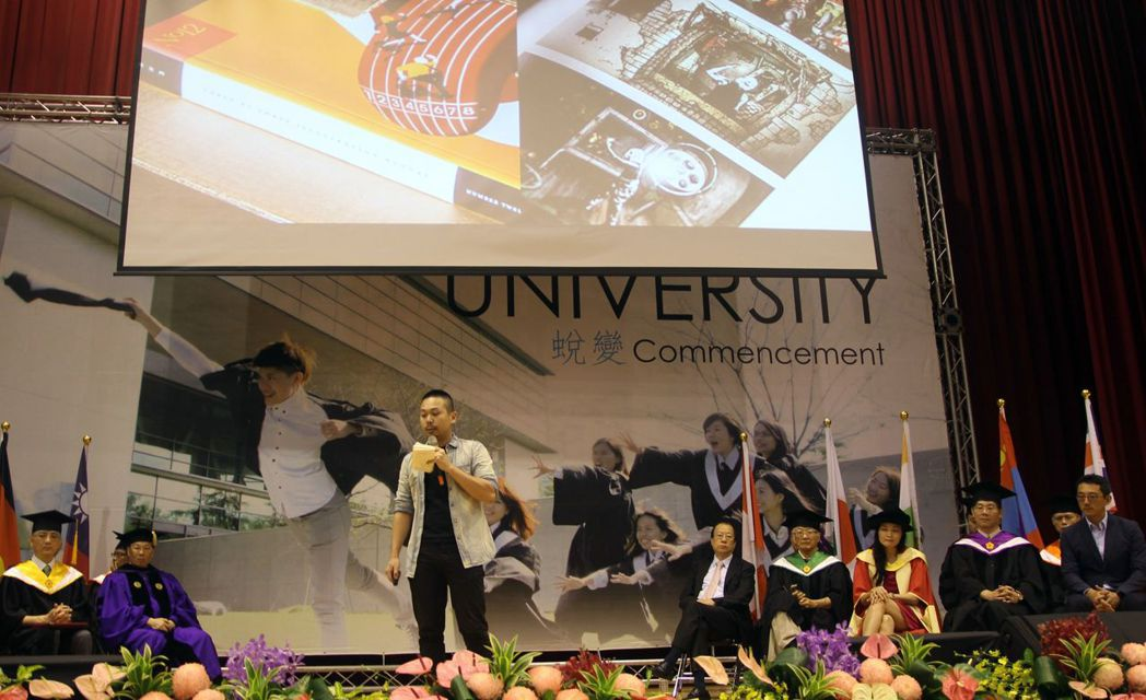亞洲大學視傳系研究生劉經瑋今天獲邀擔任亞大畢業典禮主講人。圖/亞大提供