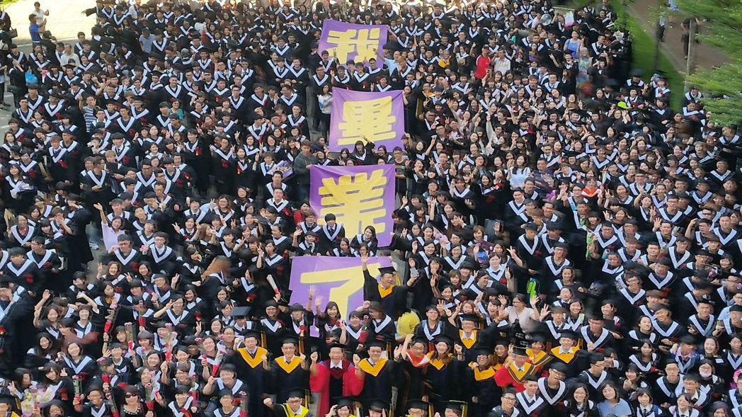 中華醫大畢業生扛大字報慶祝畢業。記者周宗禎/攝影