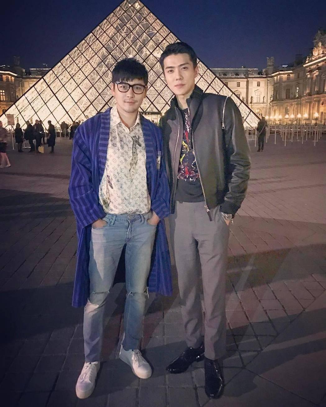 中國人氣最高的時尚部落客gogoboi(左),時常受品牌邀請至歐洲參加活動。圖/...