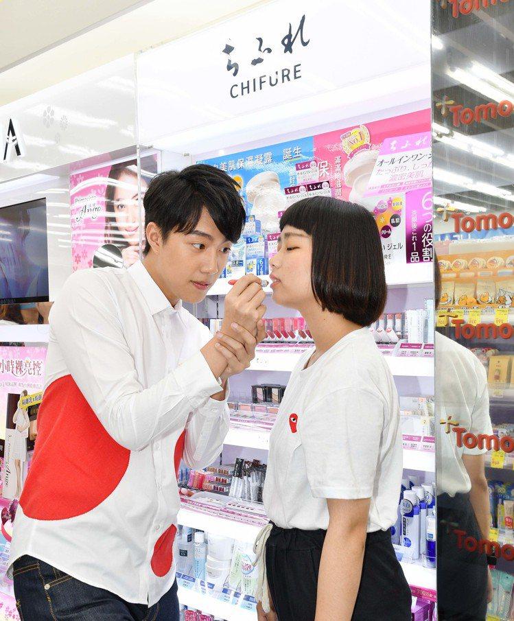 蔡凡熙擔任Tomod's一日店長,親自幫粉絲試擦唇膏。圖/Tomod's提供