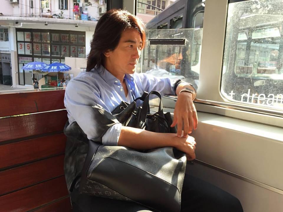 49歲鄭伊健依然保持招牌長髮造型。圖/取自臉書