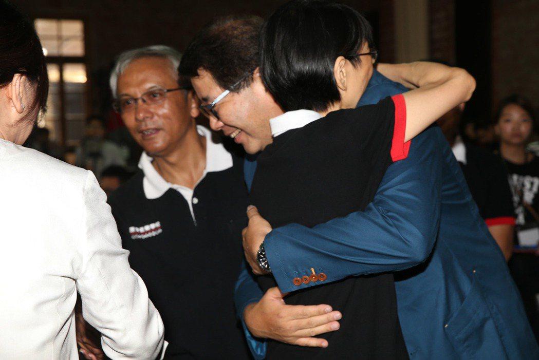 《看見台灣II》開鏡記者會中,前總統夫人周美青也低調現身,給導演齊柏林一個擁抱。...