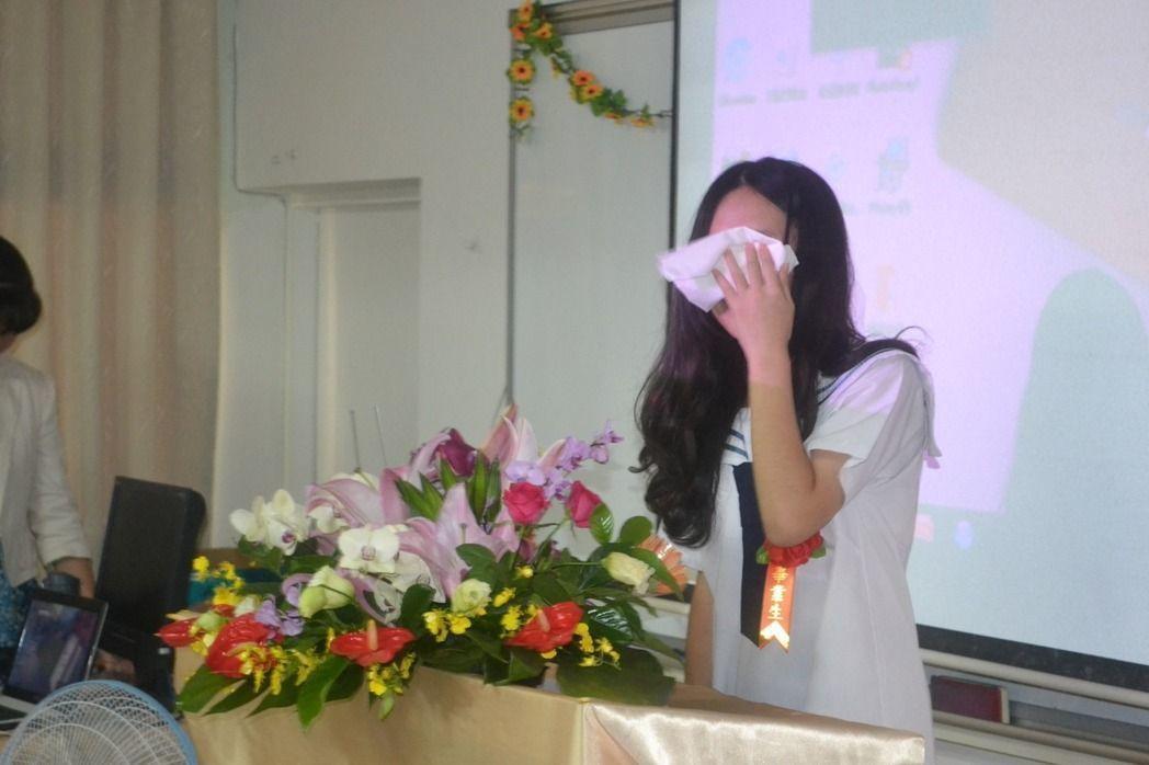 台南市私立成光國中今舉行最後一屆畢業典禮,學生代表致詞時,不捨落淚。本報資料照