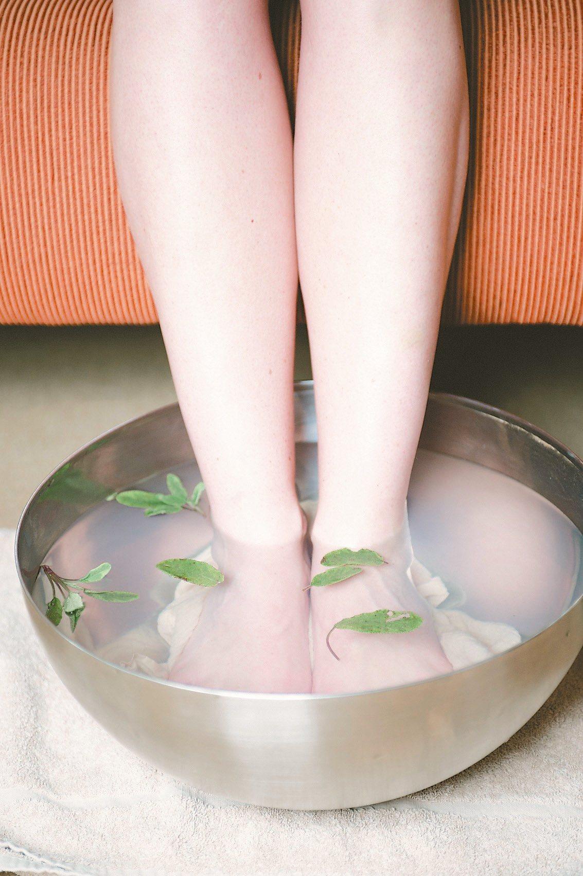泡腳建議水位:超過內腳踝以上約四指幅。溫度:一般洗澡溫度即可,約攝氏39...