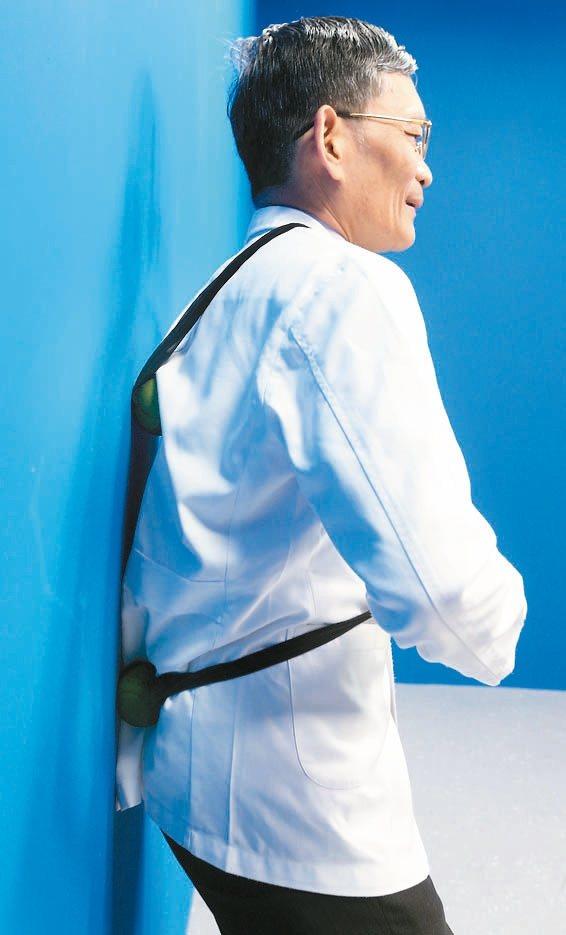 網球按摩背部按摩:背部與牆壁間夾著網球,上下移動背部到臀部,讓網球滾動按摩,...