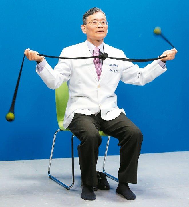 網球按摩訓練協調:將網球從腳下移到手上,兩手抓住絲襪甩動網球,訓練手部動作協...