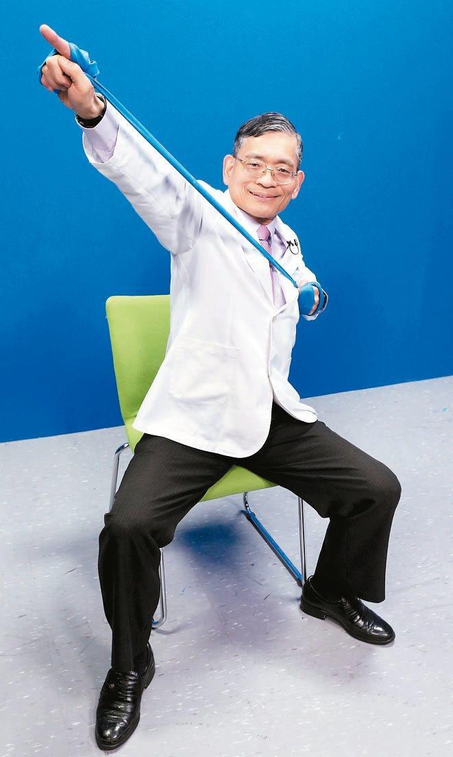 彈力帶練肌力訓練二頭肌:「仙人指路」這一招,手抓彈力帶末端向上往前拉,手部須...