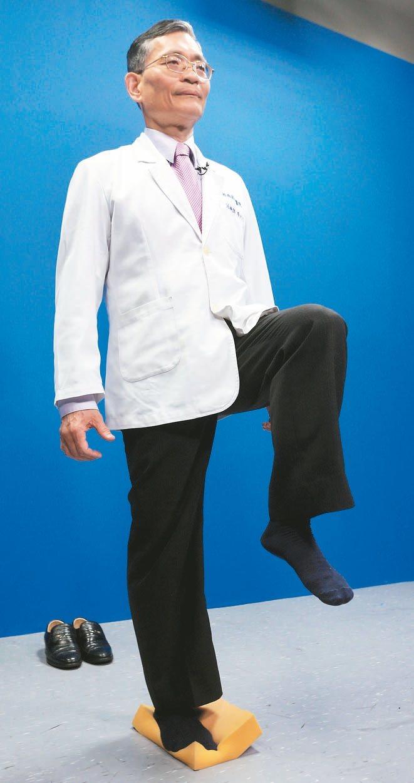 海綿練平衡簡文仁說,年長者最忌跌倒,建議可利用海綿墊練雙腳、單腳站立訓練平衡...