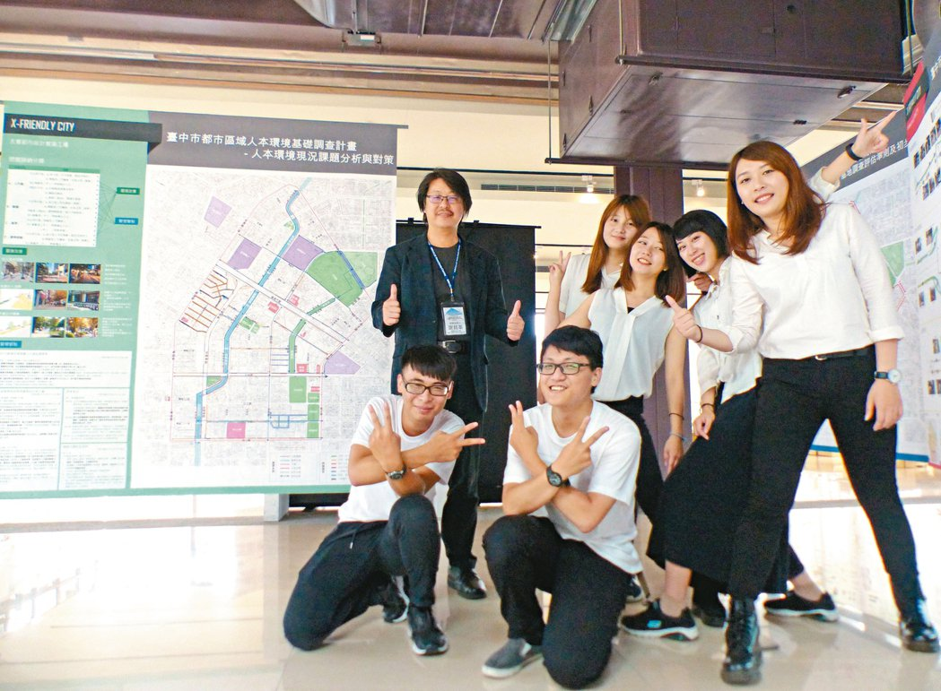 朝陽科大研究生昨在台中文化創意產業園區發表成果。 記者趙容萱/攝影