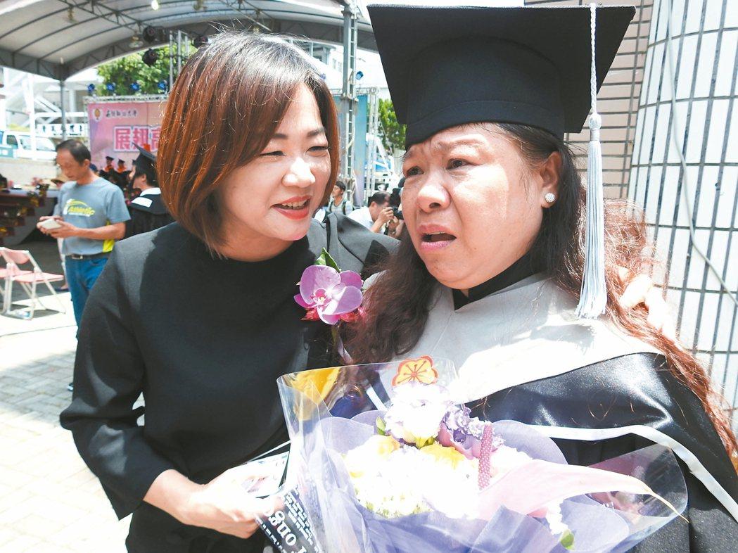 莊淑香(右)昨開心領取畢業證書,但憶起亡母卻眼淚直流,立委馬文君(左)趕忙安慰。...