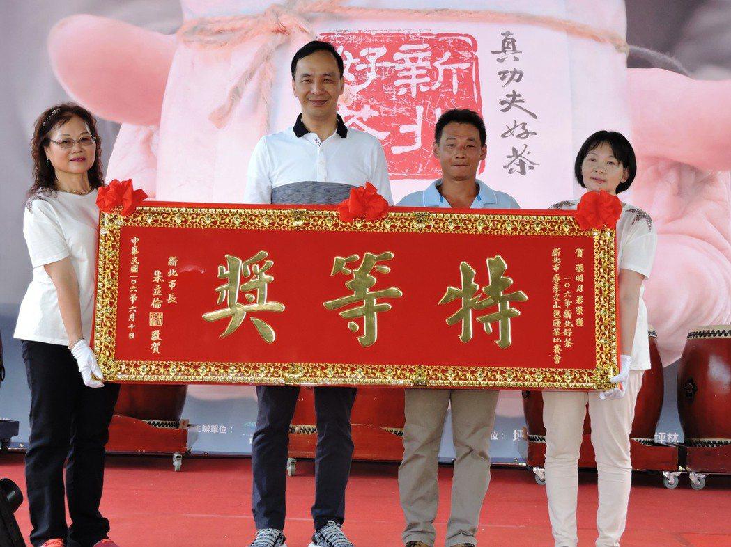 傳承第五代的茶農陳宥達,代表妻子上台獲頒今年春茶特等獎。 記者林麒瑋/攝影