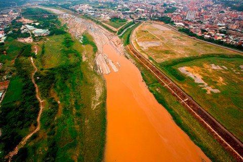 「看見台灣」紀錄片空拍桃園觀音工業區廢水。 圖/台灣阿布電影公司提供
