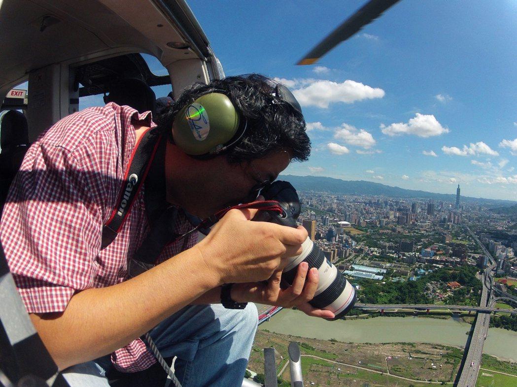 齊柏林在直升機上拿起相機空拍台灣的土地樣貌。 圖/台灣阿布電影公司提供